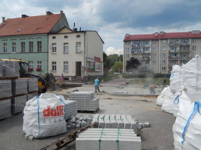 Rewitalizacja kosztowała 3 mln zł. Zobacz drogę od Rynku z krzewami i drzewami do nowej wersji<br />