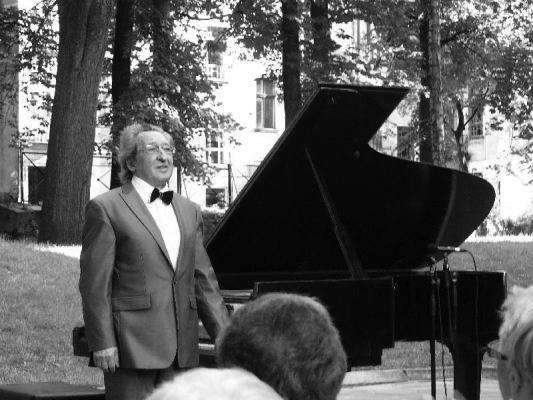 Na zdjęciu: Prof. Tadeusz Chmielewski podczas recitalu na Międzynarodowym Festiwalu Chopinowskim w łódzkiej Akademii Muzycznej (27 czerwca 2010 r.)