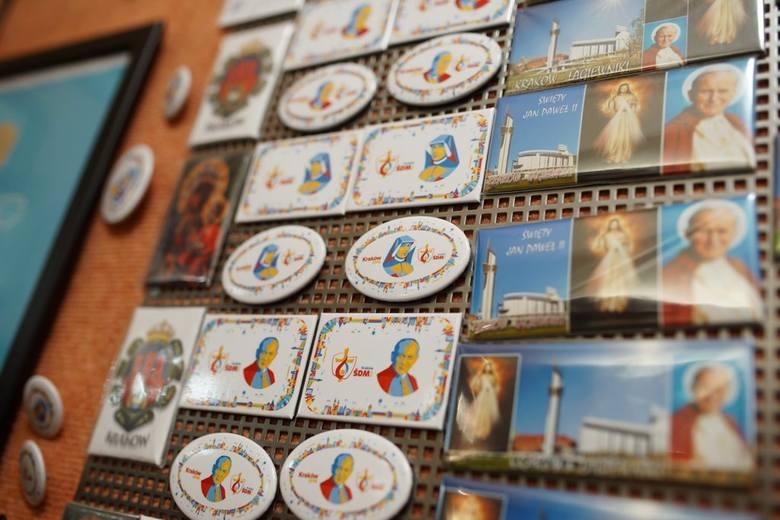 Sprzedawcy w centrum miasta oferują szeroki wybór pamiątek związanych z ŚDM