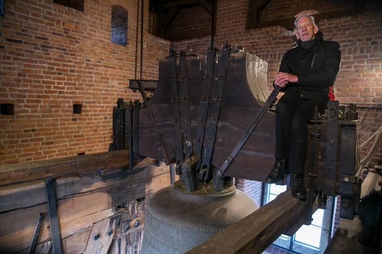 Andrzej Bochniak jako dzwonnik i mechanik dogląda także śrub utrzymujących Zygmunta na drewnianej konstrukcji.