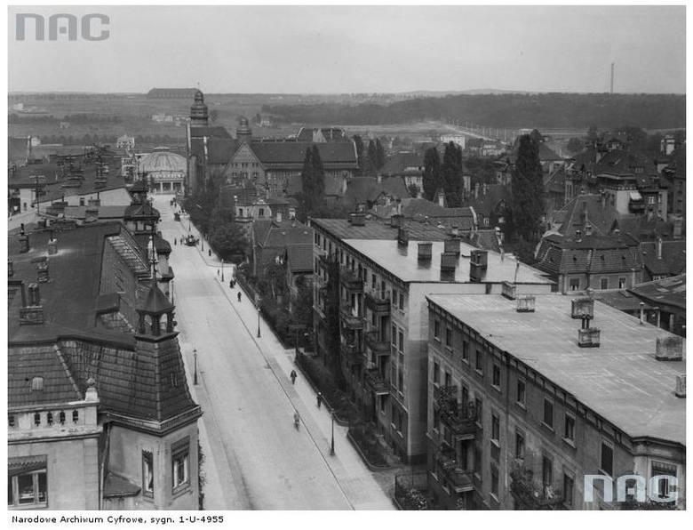 """Ulica Mickiewicza. W głębi cyrk """"Olimpia"""" oraz hala sterowców - 1934 rok"""