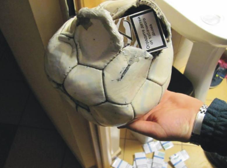 Przemyśl-Medyka, kolejowe przejście graniczne. 20-letni Ukrainiec ukrył papierosy w piłce do gier sportowych.