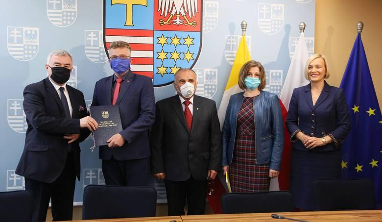 """W zawarciu umowy na dofinansowanie projektu """"antywirusowego"""", przygotowanego przez Starostwo Powiatowe w Końskich, uczestniczyli, od lewej: marszałek"""