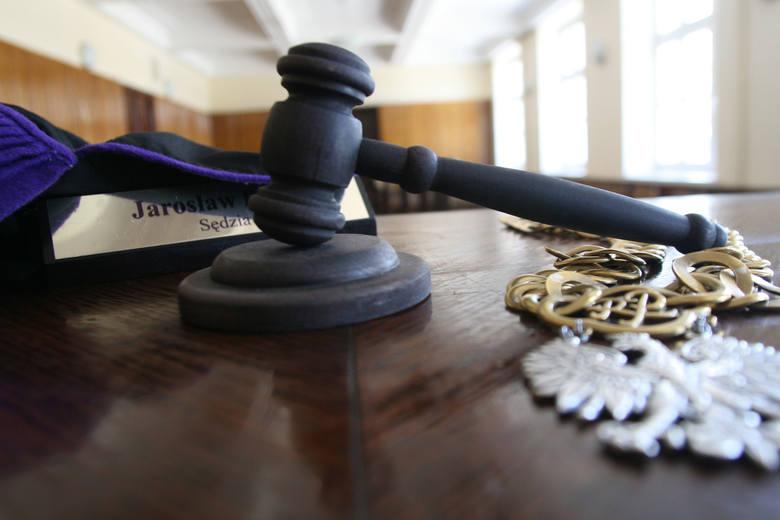 Na ławie oskarżonych zasiądzie 35-letni Damian R., który według śledczych zabił 86-letnią współlokatorkę Halinę W., zaś jej zwłoki ukrył w tapczanie.