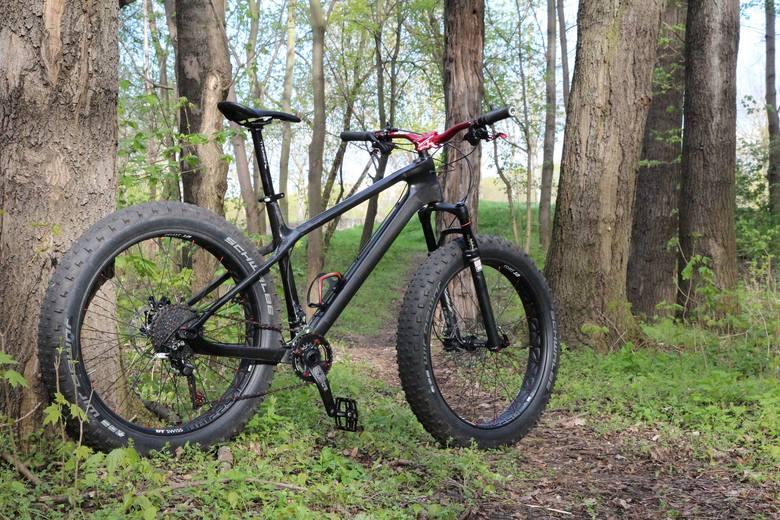 Coraz popularniejsze rowery typu fatbike cechują się lekko konstrukcją i bardzo szeroką oponą, co ułatwia jazdę w bardzo trudnym terenie.