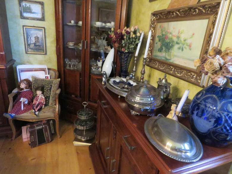 Kalwaryjskie meble tworzone są najczęściej w małych, rodzinnych warsztatach z wieloletnią tradycją. Janusz Wypiór z Barwałdu Górnego kontynuuje tradycję