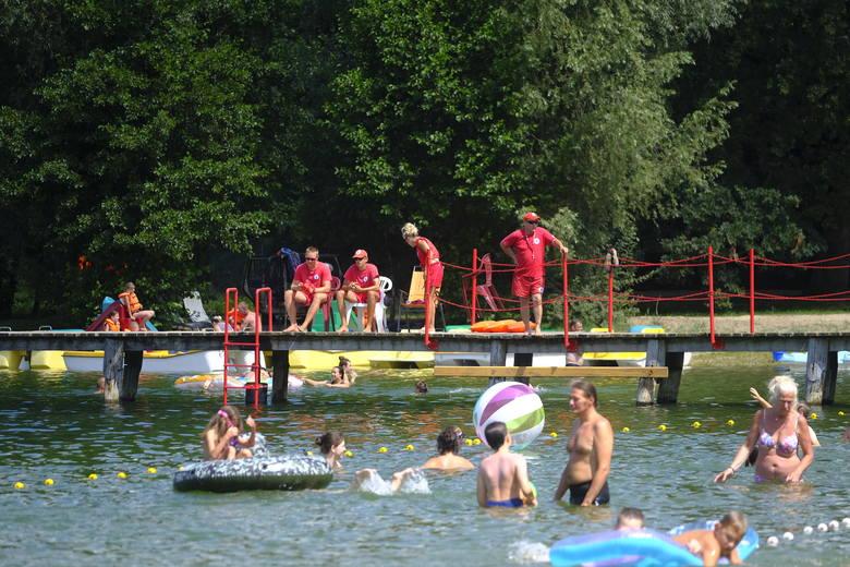 Letnie baseny, kryte pływalnie i kąpieliska nad jeziorami w pobliżu Torunia. Podpowiadamy, gdzie można się wybrać, żeby ochłodzić się w ciepłe dni. Więcej