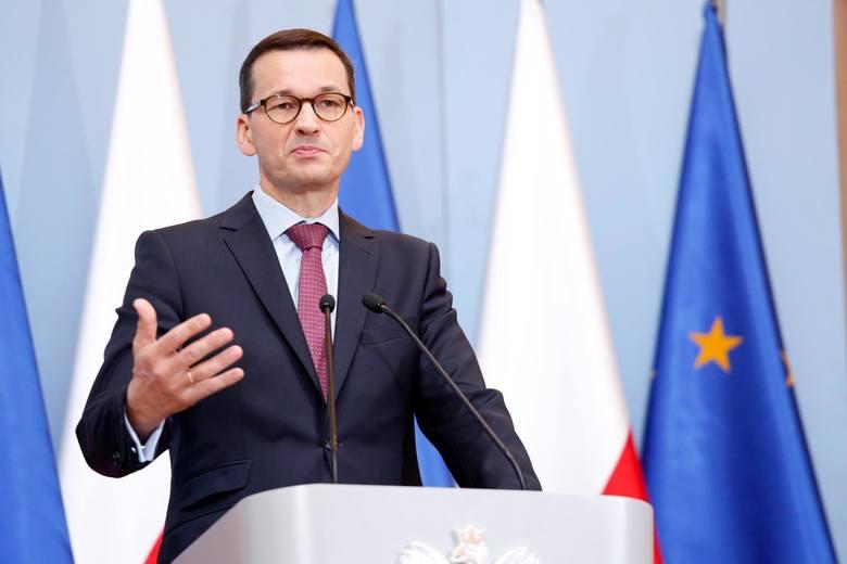 Szef rządu Mateusz Morawiecki i minister zdrowia Łukasz Szumowski wyjaśniają na wspólnej konferencji, jakie dalsze kroki zamierza podjąć rząd, aby ograniczyć