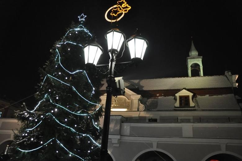 Podświetlony odrestaurowany Ratusz, 11-metrowa choinka i świąteczny wystrój na Rynku - tak wygląda teraz centrum Kluczborka.