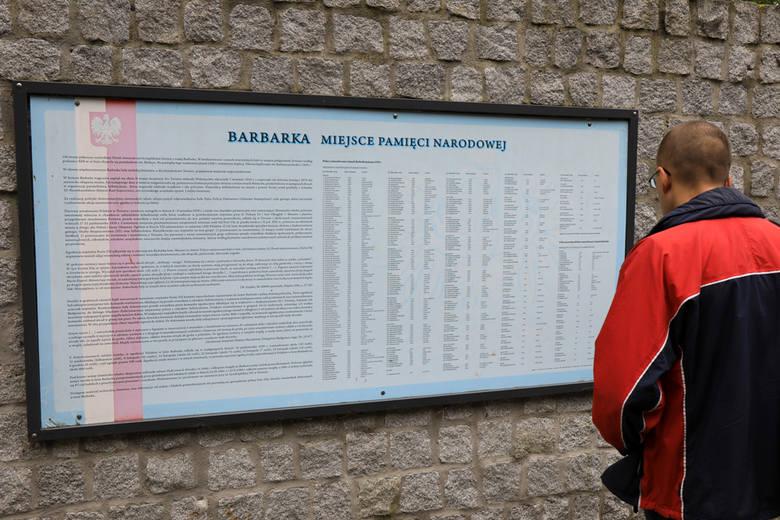 Marszałek Piotr Całbecki wraz z harcerzami pobrał w piątek (14 września) symboliczną próbkę ziemi z miejsca kaźni Polaków na toruńskiej Barbarce. Ziemia