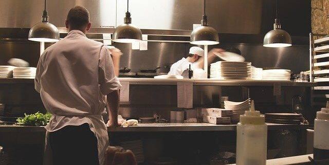 Szczególnie młodzi pracownicy bywają w gastronomii wykorzystywani. PIP apeluje, aby nie podpisywali fałszywej, zaniżonej ewidencji pracy. W razie kontroli