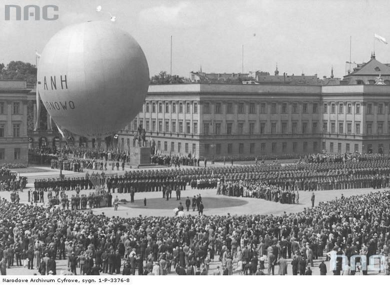 Start balonu z placu Marszałka Józefa Piłsudskiego. W głębi widoczny Pałac Saski, 1936 rok.