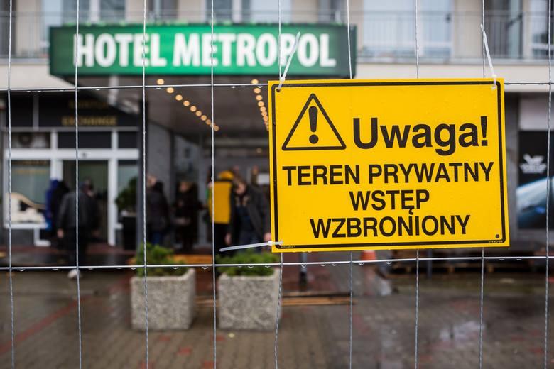 Ulica Marszałkowska 99A. Ratusz oddał w prywatne ręce działkę przed wejściem do Hotelu Metropol.