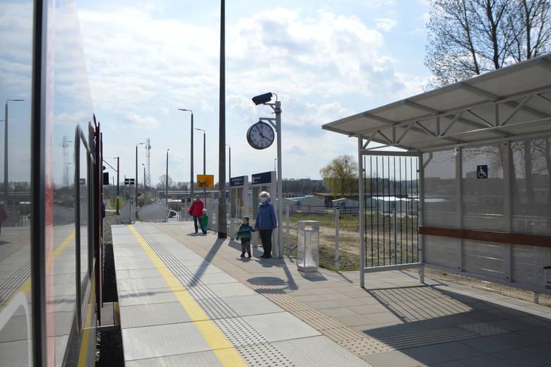 Przystanek kolejowy Radogoszcz Wschód jest oddalony od osiedla i od komunikacji miejskiej. To drugie ma się zmienić.