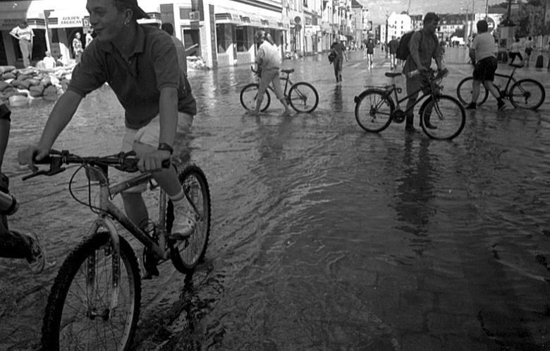 11 lipca we Wrocławiu. Woda pojawiła się na ulicy Piłsudskiego