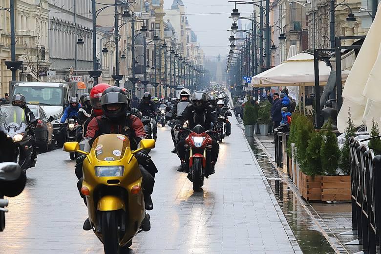 Około tysiąca motocyklistów nie dało zniechęcić się pogodzie i wzięło udział w sobotnim otwarciu sezonu motocyklowego w Łodzi