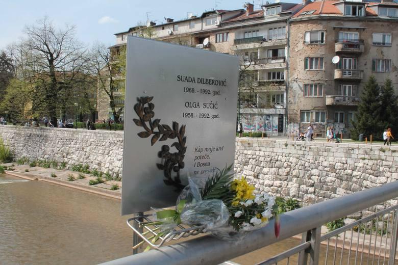 Most, na którym padły dwie pierwsze ofiary jest z cmentarza doskonale widoczny.