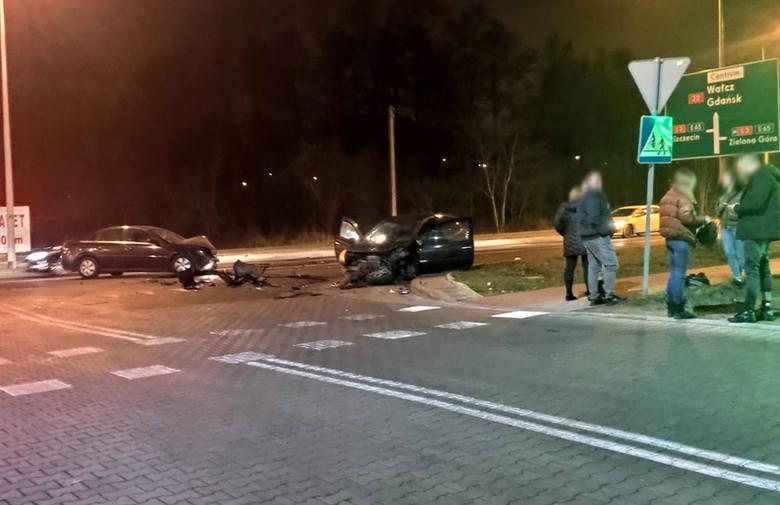 Do zdarzenia samochodów doszło w niedzielę, 19 stycznia, wieczorem na ul. Kasprzaka w Gorzowie. Oba pojazdy zostały mocno rozbite. Na ul. Kasprzaka zderzyły