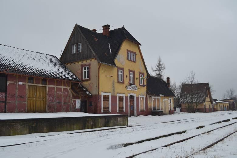 Ostatni pociąg towarowy do Koronowa przyjechał w roku 1993. Ale stacja ma szczęście. Budynki dworcowe dzierżawią pasjonaci kolejnictwa - działacze Stowarzyszenia