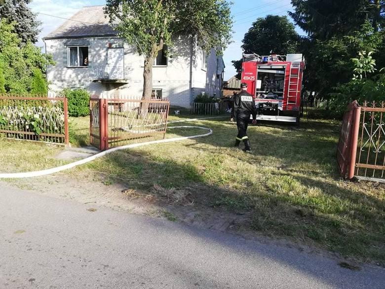 W sobotę, o godz. 18, strażacy z OSP Brańsk zostali skierowani do miejscowości Brzeźnica, gdzie doszło do pożaru w środku murowanego domu. Zdjęcia pochodzą