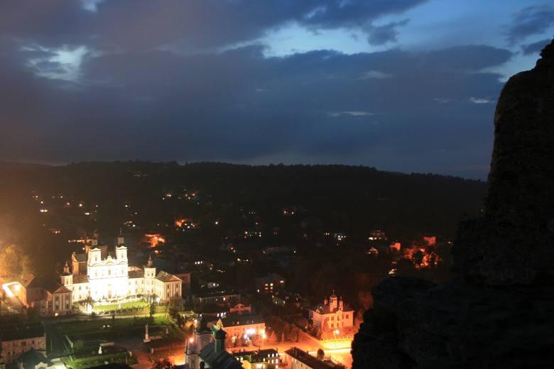 Krzemieniec nocą, na pierwszym planie budynki dawnego klasztoru jezuitów.