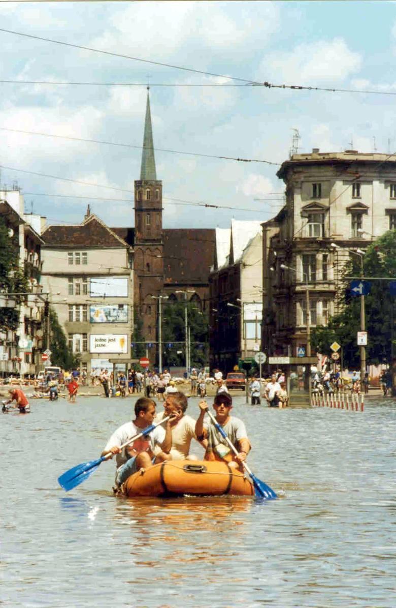 Wrocław 17-07-1997. Powódź we Wrocławiu. Zalana ulica Piotra Skargi