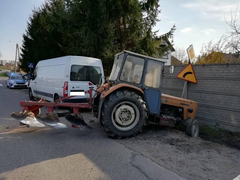 W miejscowości Biała, gm. Rząśnia, pijany mężczyzna jadący ciągnikiem uszkodził inny pojazd i wjechał do rowu. Traf chciał, że zdarzenie widział przejeżdżający