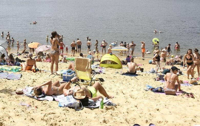 Trudno znaleźć wolne miejsce na plaży nad zalewem w Cedzynie. Zbiornik cieszy się ogromną popularnością mieszkańców Kielc i okolicznych gmin. W sobotę