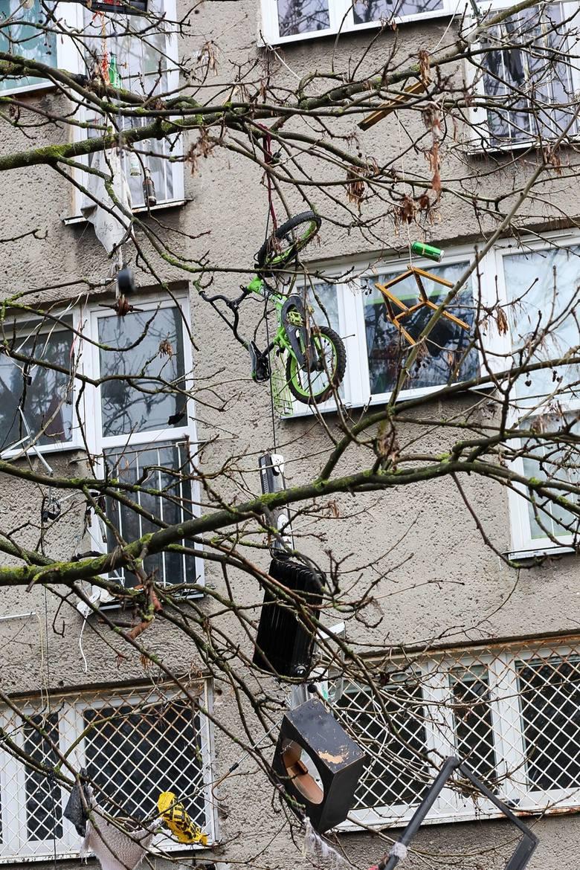 Drzewo śmieci, agresywne zachowania. Trudna sytuacja w budynku przy ul. Komuny Paryskiej w Szczecinie - 29.01.2021