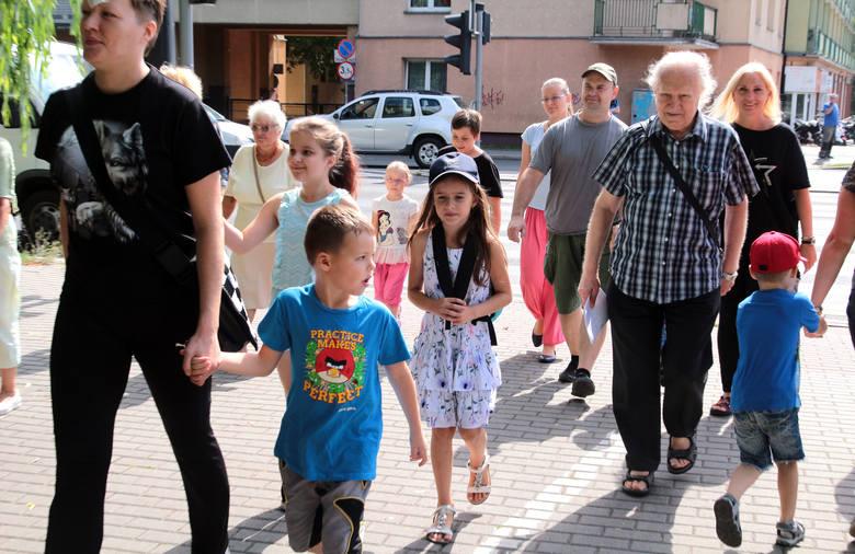 W ramach wakacyjnych zajęć dla dzieci w bibliotece miejskiej w Grudziądzu w filii nr 13. zorganizowano spacer po dzielnicy Kuntersztyn z przewodnikiem