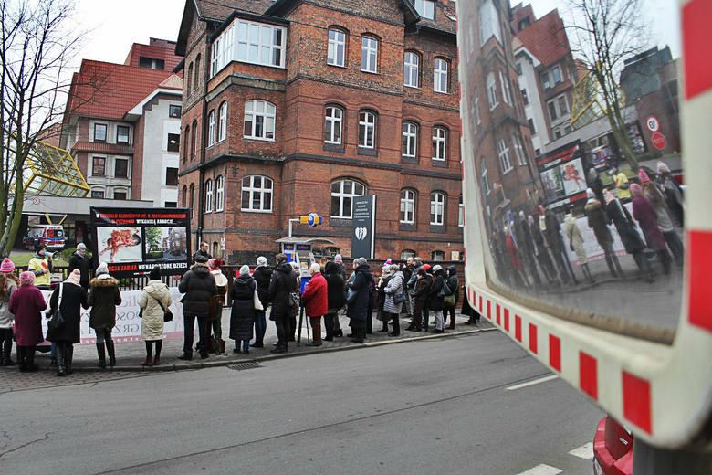 W sobotę przed wejściem do największej poznańskiej porodówki zgromadziło się kilkadziesiąt osób