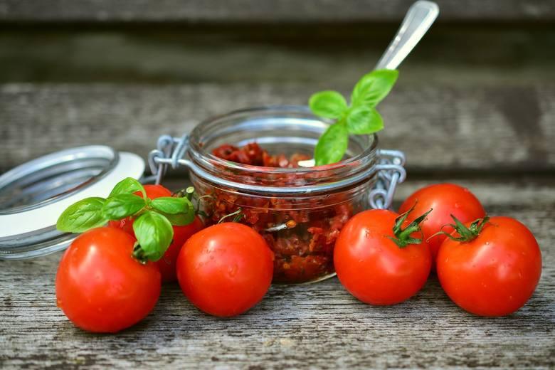 Suszone pomidory dodawane do sałatki lub przepyszne śledzie w zalewie olejowej łatwo odchudzisz, odciskając nadmiar tłuszczu w ręcznik papierowy. Taki