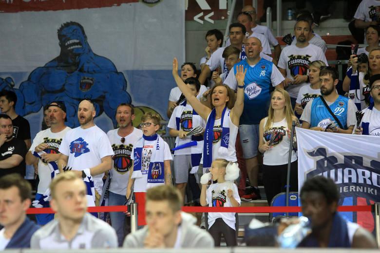 Polski Cukier Toruń pokonał Stal Ostrów i w serii o finał Energa Basket Ligi przegrywa już tylko 1:2. Kluczową rolę w tym trudnym meczu odegrali kibice,