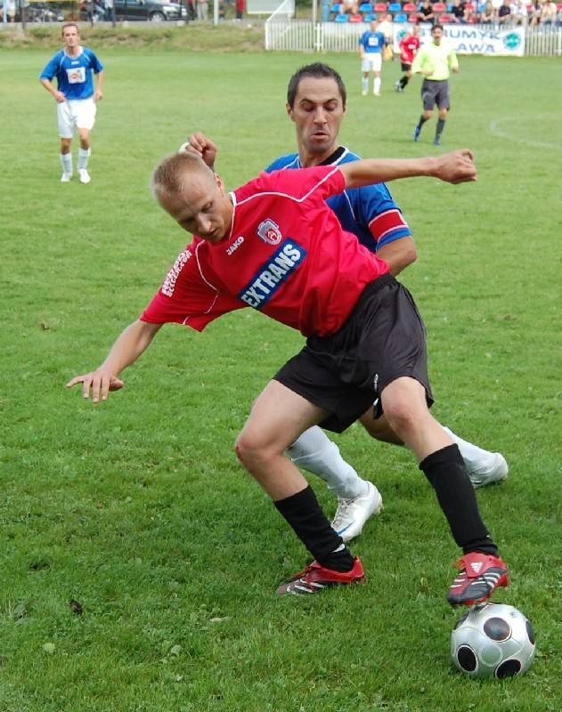Piłkarze Lechii Sędziszów (czerwono-czarne stroje) wywieźli z Żurawicy jeden punkt.