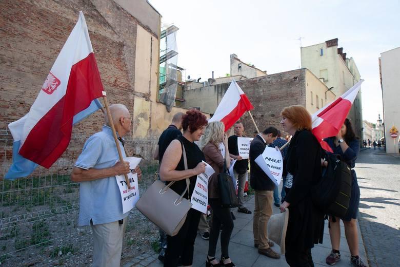 18 czerwca przed siedzibą bydgoskiej kurii odbyła się manifestacja. Pikietujący protestowali przeciwko przeciwko odwołaniu proboszcza parafii Najświętszego