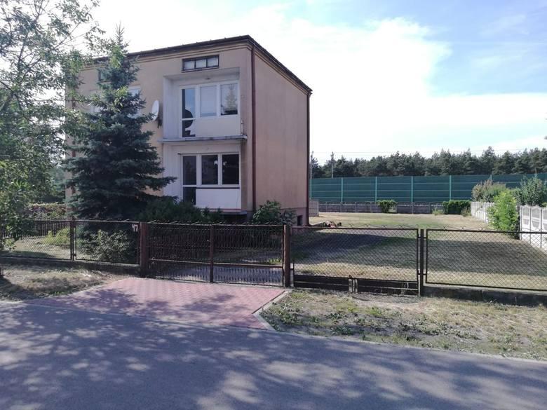 <strong>20. Dom za 400 000,00 zł <br /> 3 076,92 zł/m2 </strong><br /> <br /> Do sprzedania dom wolnostojący o powierzchni użytkowej 130 m2, na działce o powierzchni 1556 m2.<br /> <br /> Dom piętrowy, budowany w latach 80-tych, z podpiwniczeniem w tym garaż.<br /> <br /> Na każdym piętrze 2 pokoje...