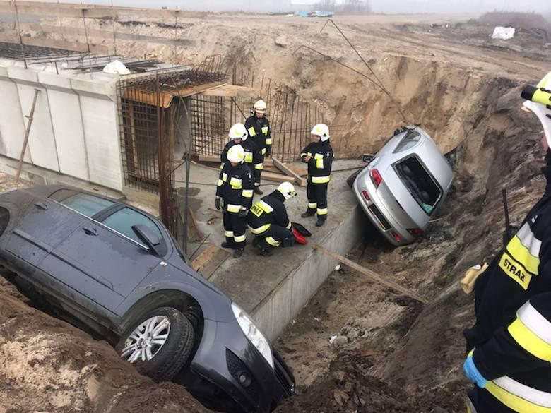 Policjanci o zderzeniu zostali powiadomieni w niedzielę rano. To wtedy w wykopie pod wiadukt przy krajowej siódemce w Brzegach znaleziono dwa samochody