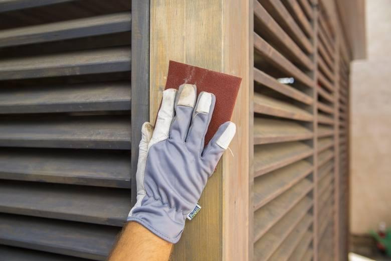 Drewnianą powierzchnię przed malowaniem trzeba przeszlifować papierem ściernym.