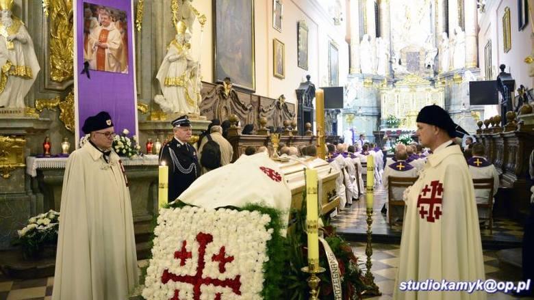 Wiele osób uczestniczyło w pogrzebie księdza Mirosława Kaczmarczyka, proboszcza parafii Grobu Bożego w Miechowie i dziekana dekanatu miechowskiego.