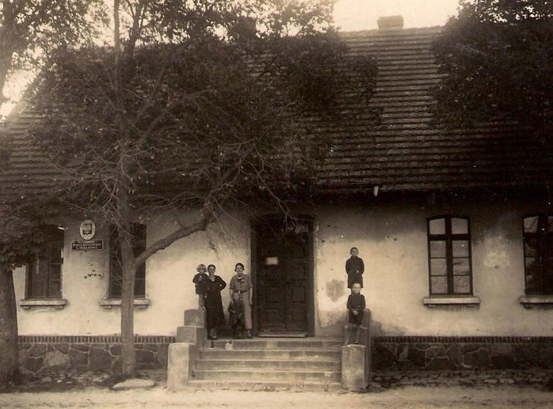 Rodzina teścia przed posterunkiem w Świekatowie. Po lewej żona Elżbieta z córkami, po prawej synowie