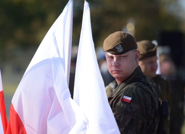 Żołnierze uroczyście ślubowali na sztandar, że będą wiernie służyć ojczyźnie, nie szczędząc sił.