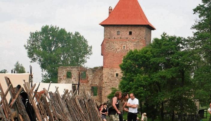 """Chudów. Z XVI-wiecznego zamku w stuleciu XX ostały się tylko mury. Fundacja """"Zamek Chudów"""" odbudowała wieżę, w której działa dziś muzeum."""
