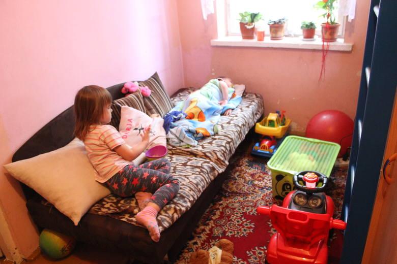 Jedwabne. Od wilgoci puchną meble, a dzieci są ciągle chore. Przyborowscy potrzebują pomocy