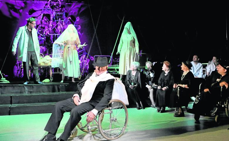 Jerzy Artysz jako król Lear. Za nim Wojciech Malajkat – błazen Fool, Marta Mika – Regana i Karina Skrzeszewska jako Goneryla