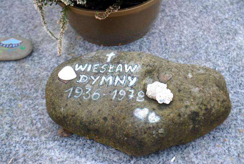 Wiesław Dymny - plastyk, aktor, scenarzysta filmowy, poeta, satyryk, współtwórca Piwnicy pod Baranami oraz mąż Anny Dymnej - jest pochowany na cmentarzu