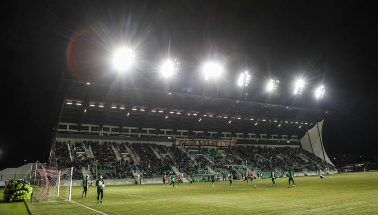 Jesteśmy w przedegdniu sezonu 2020/21. Na szczeblu centralnym pięć drużyn nie otrzymało licencji na grę na własnych stadionach i z tego powodu zagra