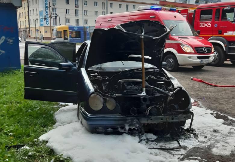 Na 15 tys. zł oszacowano starty, które spowodował pożar samochodu na al. Politechniki. W poniedzialek ok. godz. 18.30 w ogniu stanął zaparkowany na poboczu