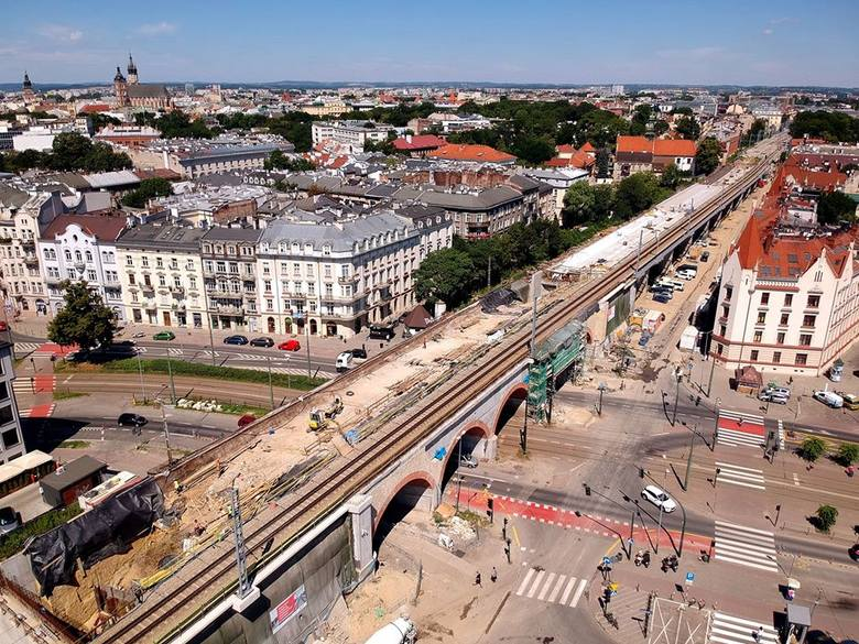 Postępuje budowa nowych estakad (pomiędzy ul. Kopernika a ul. Miodową) i torów kolejowych w Krakowie