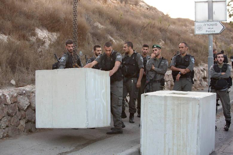 Izraelscy żołnierze stawiają blokady we Wschodniej Jerozolimie