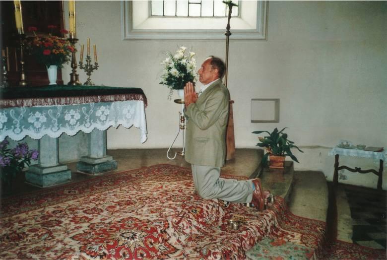 Rydoduby, sierpień 2006 roku. Zenon Borowski przed ołtarzem w kościele, w którym został ochrzczony